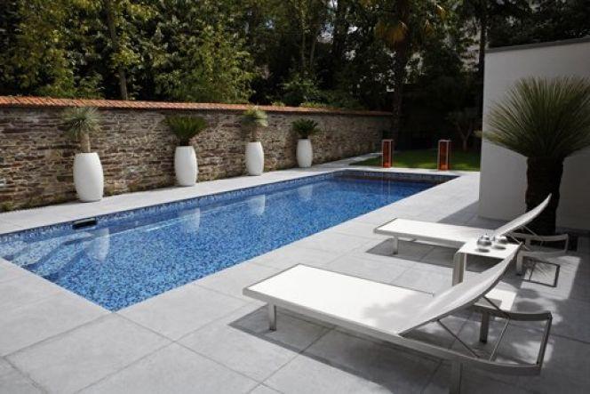 Une piscine blanche