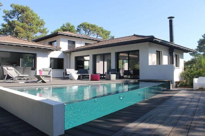 Une piscine aux parois transparentes